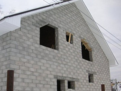 Укладка блоков дома